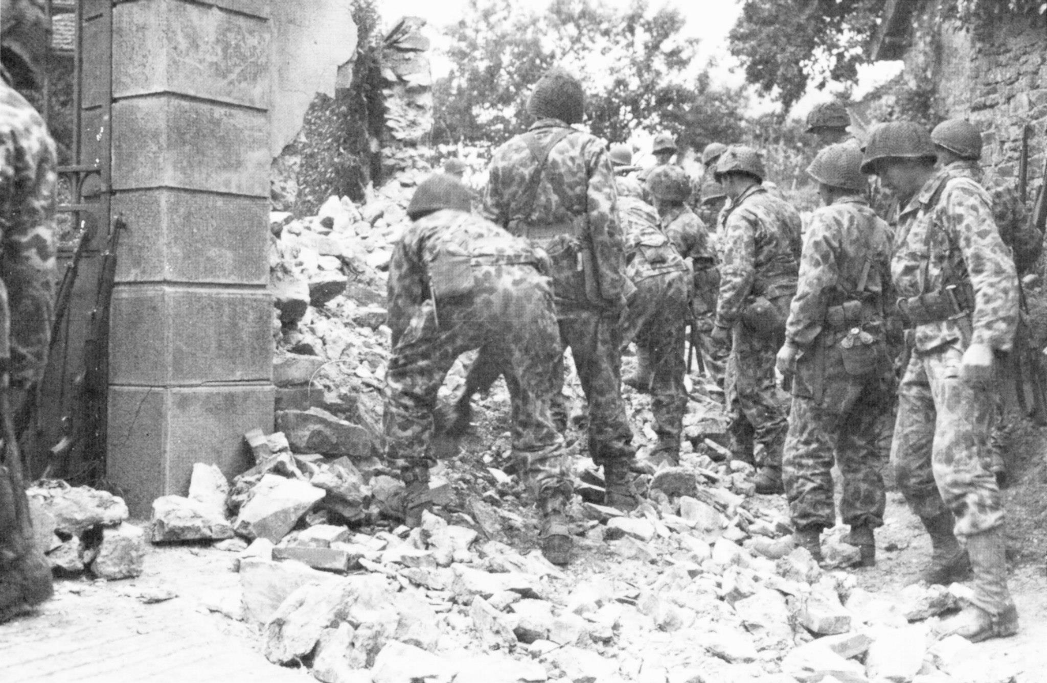 17th AEB aan het werk in Canisy, Frankrijk 27 july, 1944. group of camouflaged engineers Canisy, France bombed the night before