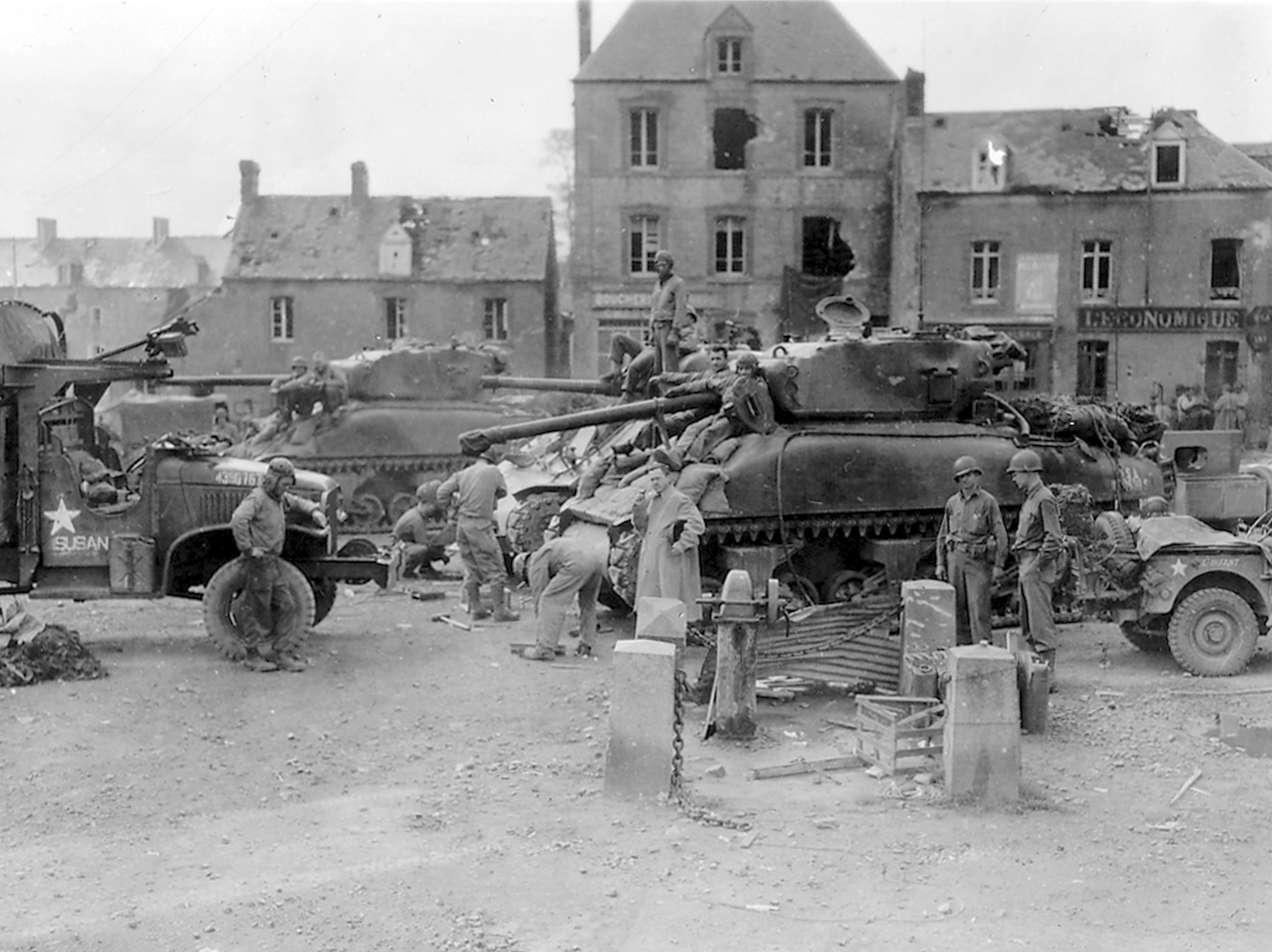 17th Engineers lassen Culin devices aan 2 Sherman M4A1(76)W van de 2nd Armored Division, 26 juli 1944 in St Jean de Daye, Frankrijk 2