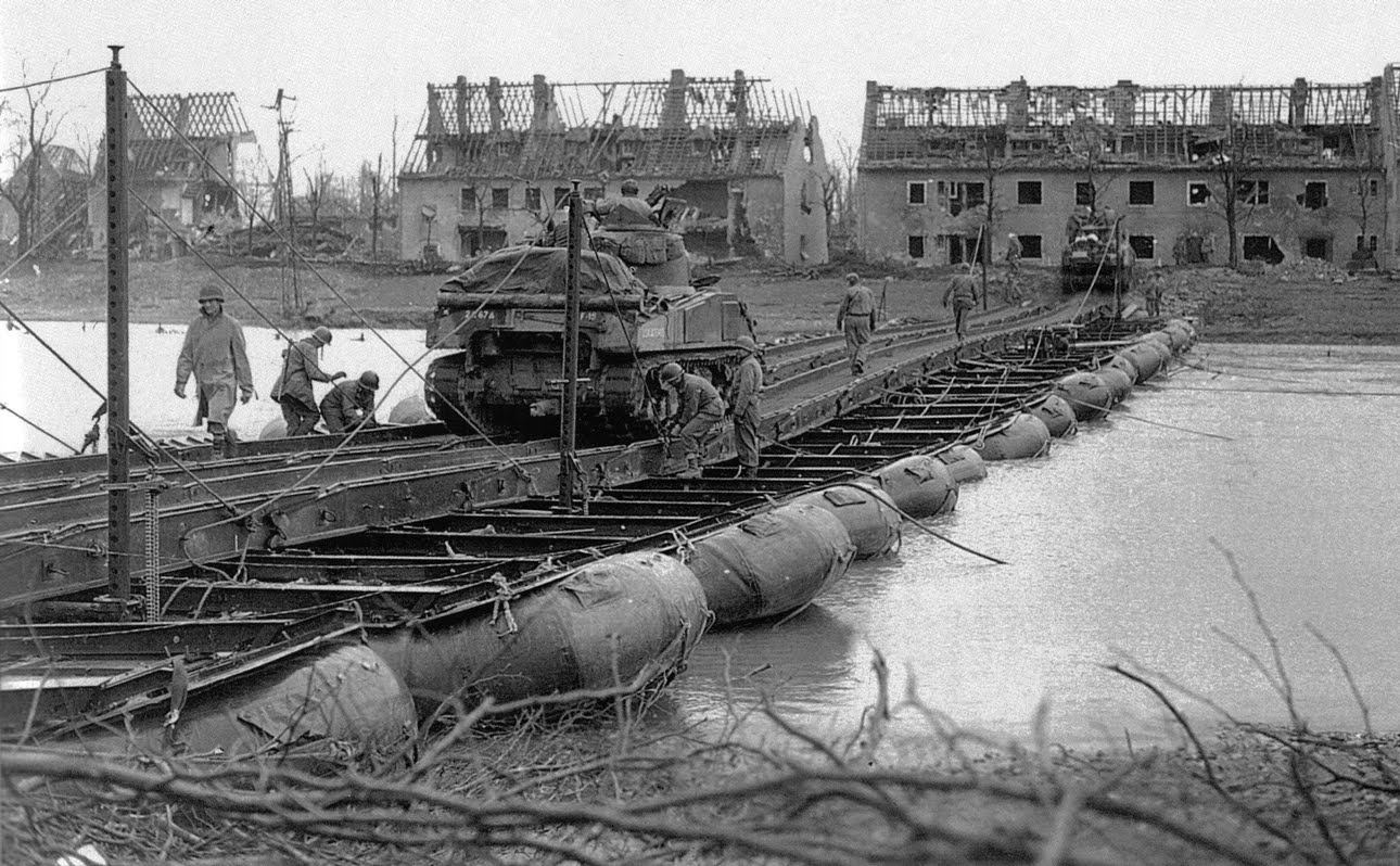 17th Engineers working on an M2 Threadway brug over de rivier de Roer in de verwoeste stad Julich, Duitsland, op 26 februari 1945