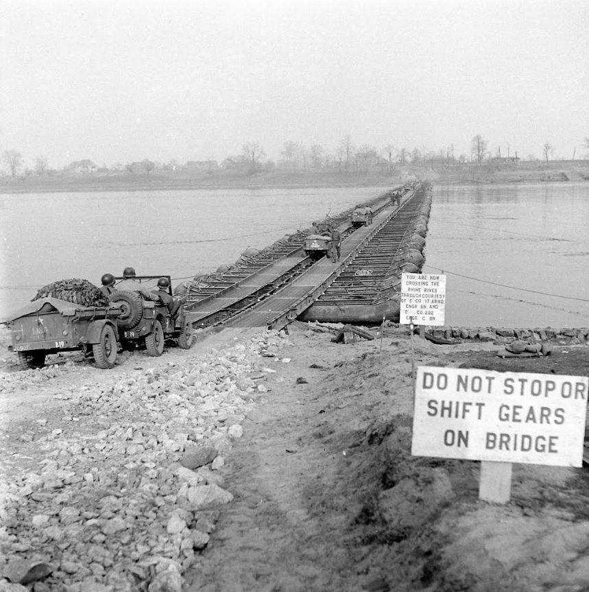 M2 Treadway Bridge over de Rijn, door het 17th Engineer Bn, E Company en 202nd Engineer Bn, C company, south of Wesel, Duitsland, 24 Maart 1945 (2)
