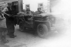 17th Engineer Jeep in Schinveld, Nederland, met Joseph Zillen en Lies Joosten
