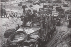 17th Engineers halftrack van A-company verlaat Omaha Beach door de 'Le Ruquet' Draw, Nornandie, Frankrijk Juni 1944