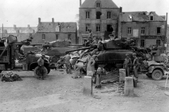 17th Engineers lassen Culin devices aan 2 Sherman M4A1(76)W van de 2nd Armored Division, 26 juli 1944 in St Jean de Daye, Frankrijk