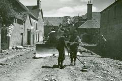 17th Engineers met de mijnendetector, daarachter een tankdozer, Frankrijk 1944