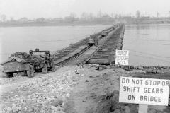 M2 Treadway Bridge over de Rijn, door het 17th Engineer Bn, E Company en 202nd Engineer Bn, C company, south of Wesel, Duitsland, 24 Maart 1945 (2)