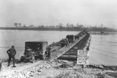 M2 Treadway Bridge over de Rijn, door het 17th Engineer Bn, E Company en 202nd Engineer Bn, C company, south of Wesel, Duitsland, 24 Maart 1945