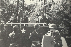 Truman uitreiking President Harry S. Truman presents the Presidential Unit Citation to the 17th Armored Engineer Battalion, 16 juli 1945, Berlijn, Duitsland.