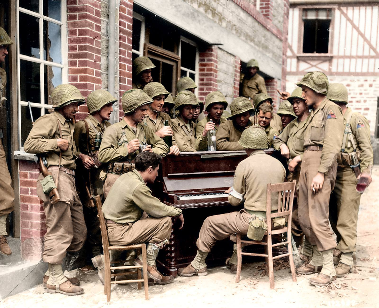 17th Engineers, Barenton Frankrijk, 10 augustus sing Go to Town in the Rue Monteglise, Barenton1944