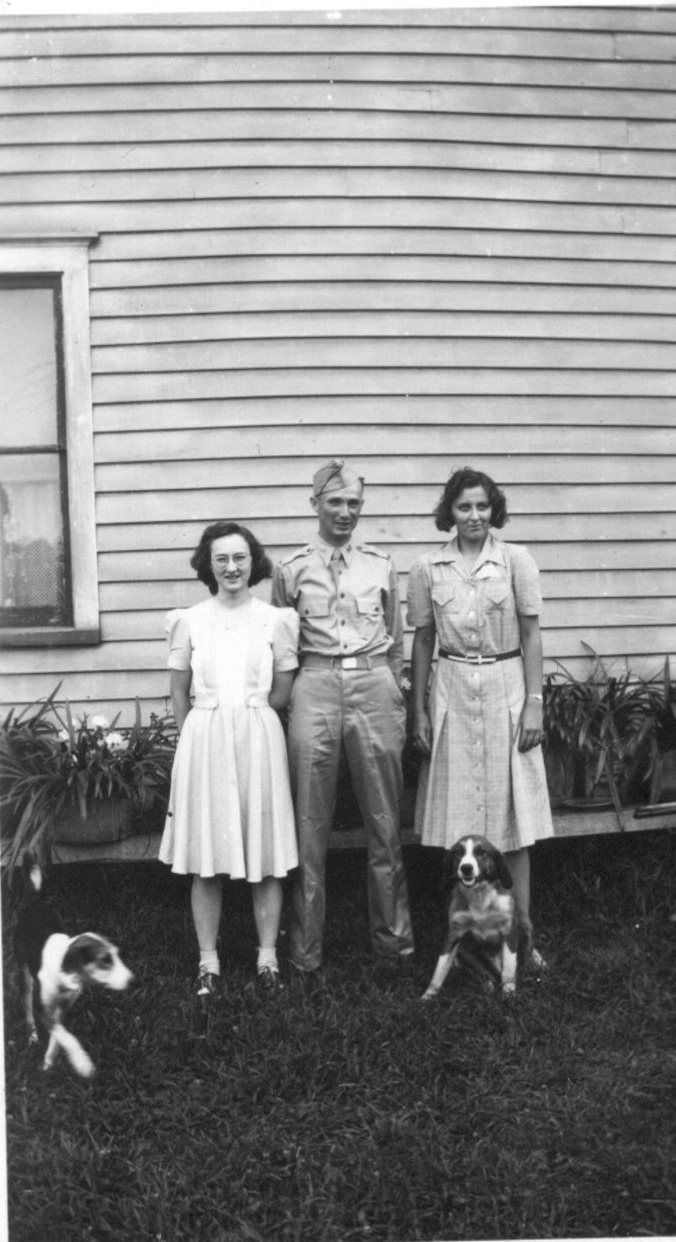 2nd Lieutenant Turmer his sister Justine on the left and right his cousin Arlene. Photo: S. Benninger.