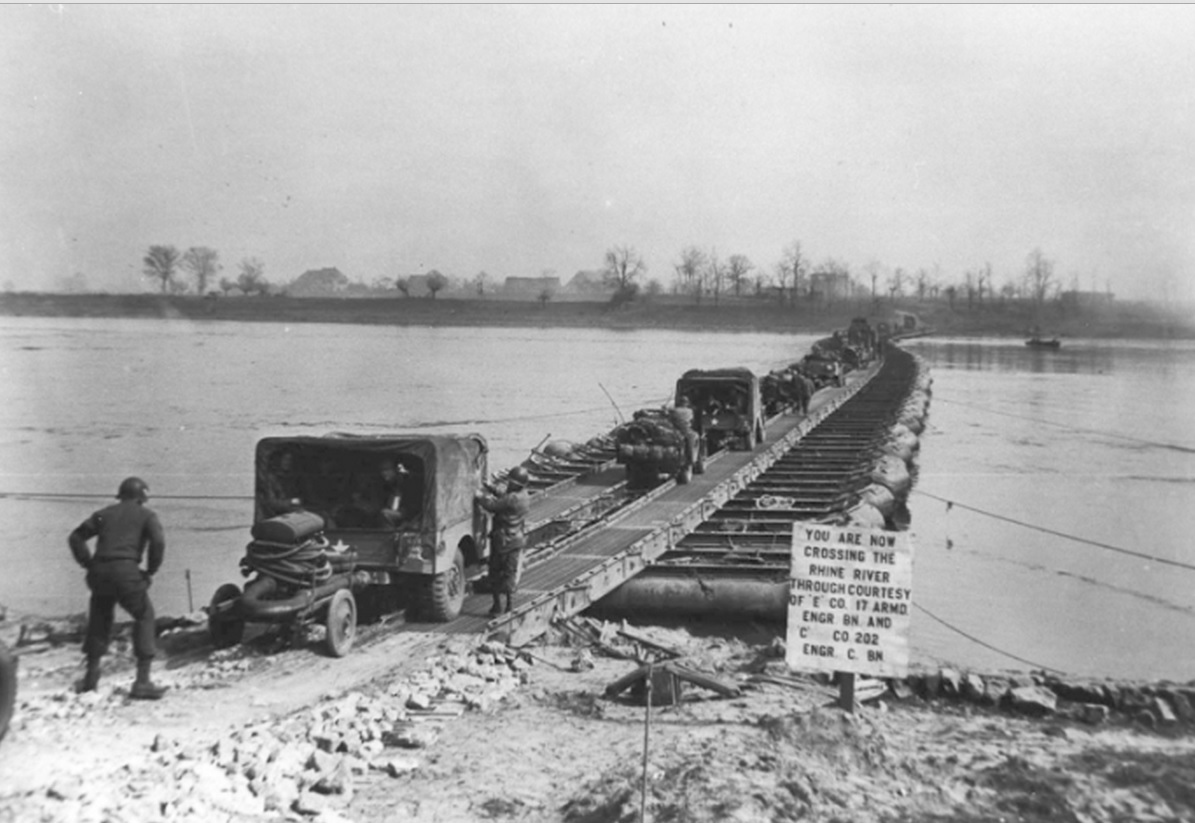 M2 Treadway Bridge over de Rijn, door het 17th Engineer Bn, E Company en 202nd Engineer Bn, C company, south of Wesel, Duitsland, 24 Maart 1945