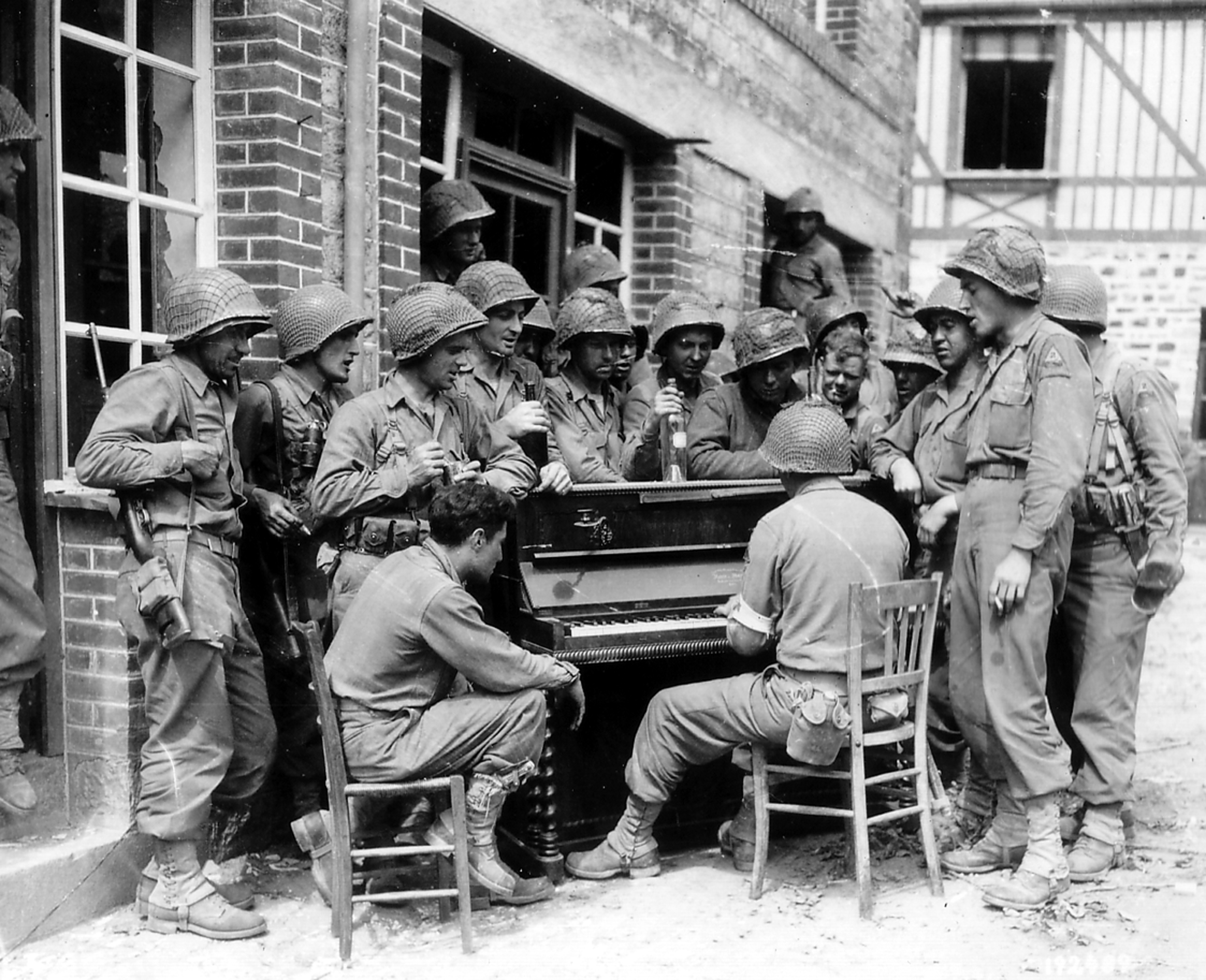7th Engineers, Barenton Frankrijk, 10 augustus 1944 zw sing Go to Town in the Rue Monteglise, Barenton